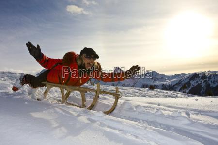 la donna spinge slitta nel paesaggio