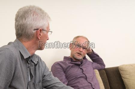 discutere degli anziani