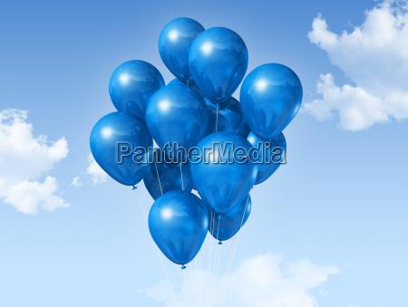 globos azules en un cielo azul