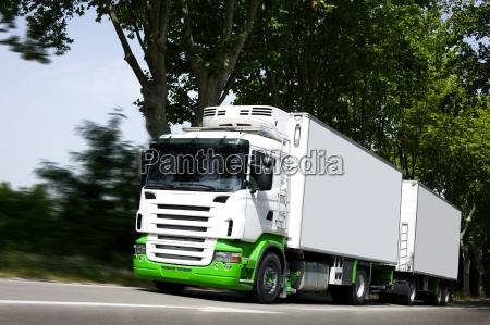 accelerare giallo semi camion sulla strada