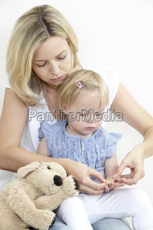 madre e figlia con intonaco