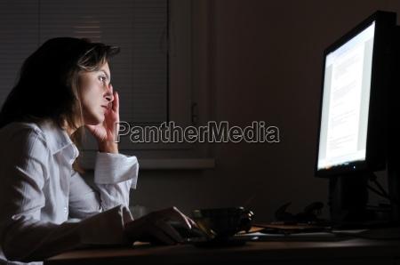 ufficio notte persona affare affari lavoro
