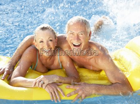 senior coppia divertirsi in piscina