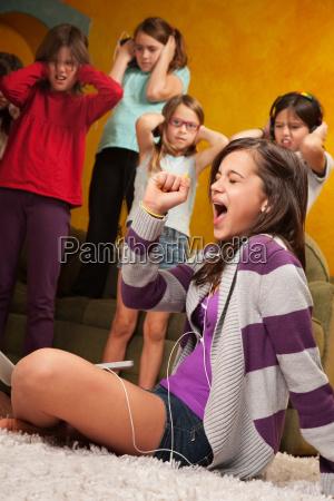bambina canta a voce alta