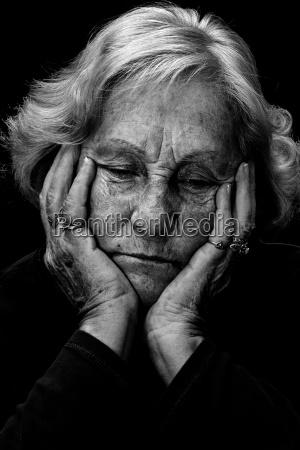 anziano donna depressa in bianco e