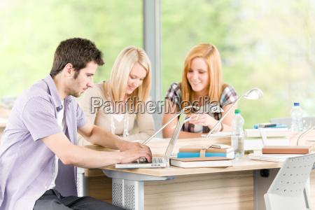 gruppo di studenti giovani delle scuole