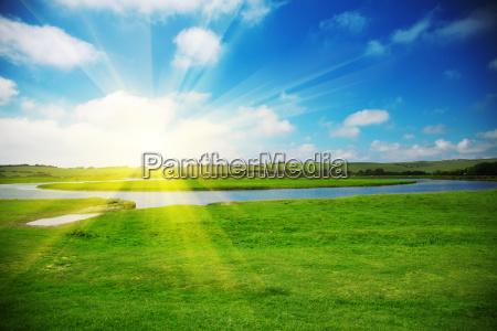 sole che sorge sopra un campo