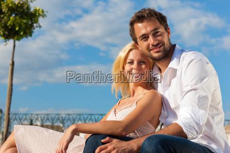 turismo citta coppia in vacanza