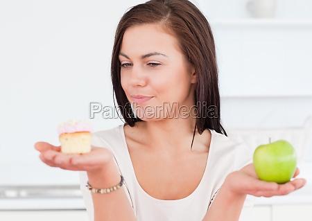 donna affascinante con una mela e