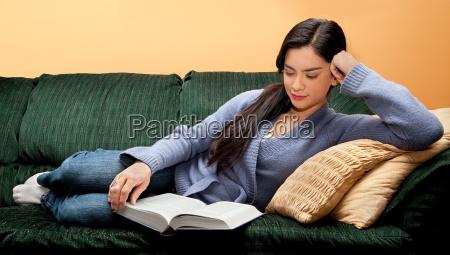 giovane donna sdraiato su divano e