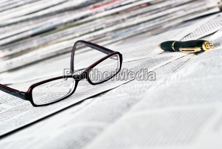 occhiali da lettura e penna