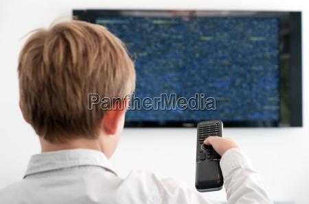 boy guarda la tv