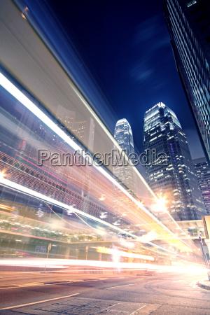megacity highway di notte con sentieri