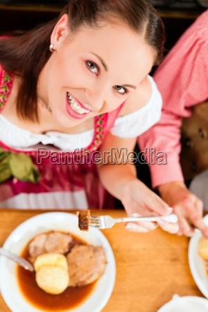 la donna mangia arrosto di maiale