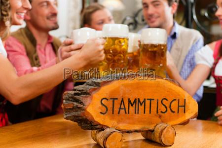la gente che beve birra in