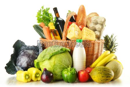 generi alimentari in cesto di vimini