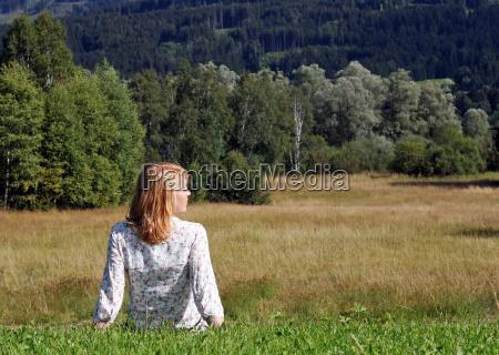donna relax campo sedersi facilitare agio