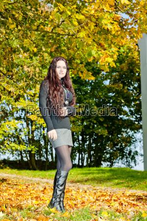 giovane donna in natura autunnale