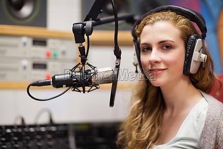donna stazione risata sorrisi ascoltare avoro