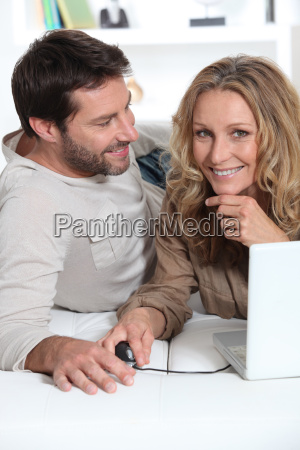 maz patrzac na zone na laptopa