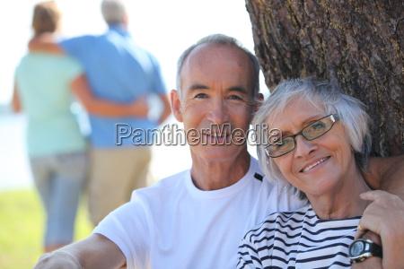 coppia di anziani rilassato seduto allombra