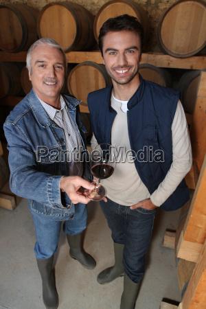 sorridere viticoltori in cantina