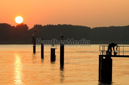 tramonto riflesso torrente immagine riflessa silhouette