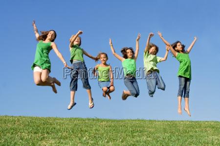 felice gruppo di ragazzi di razza