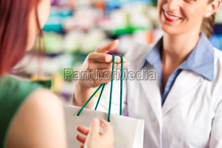 farmacista nella sua farmacia con un