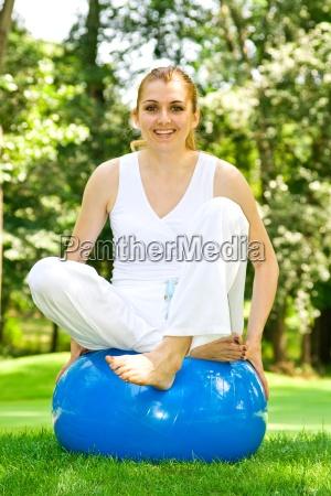 fitness ragazza esercizio allaperto da pilates