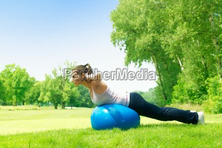 fitness donne che esercitano con pilates