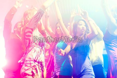 persone di festa che ballano in