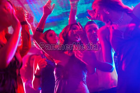 la gente alla festa in discoteca