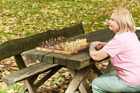 sola donna matura seduta su una