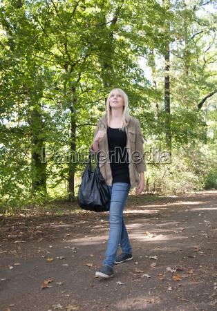 giovane donna a piedi nel parco