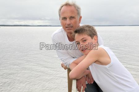 ritratto di padre e figlio felici