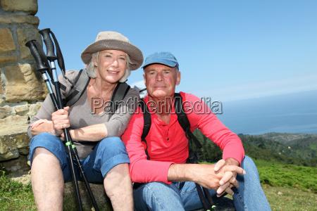 ritratto di escursionisti anziani felice riposo