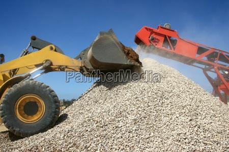 pile di pietra e macchine