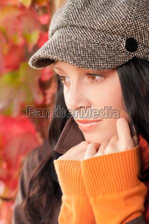 ritratto di autunno carino modello femminile