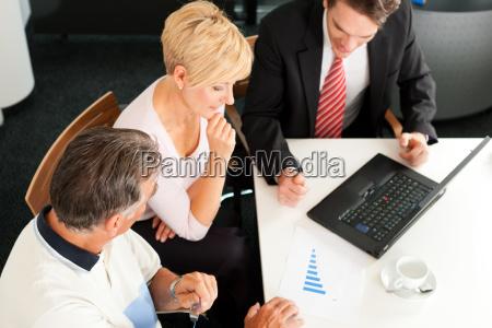coppia di anziani presso consulente finanziario