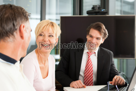 coppia di anziani a consulente finanziario