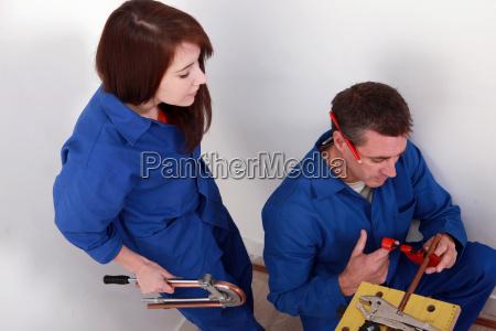 idraulico che taglia il tubo di