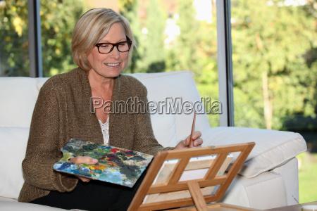 donna artista a casa
