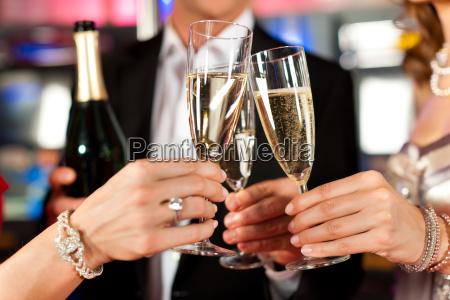 persone con champagne in un bar