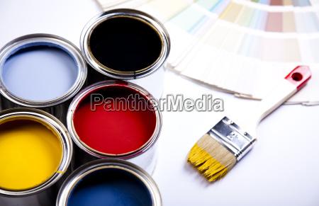 barattoli di vernice con il pennello