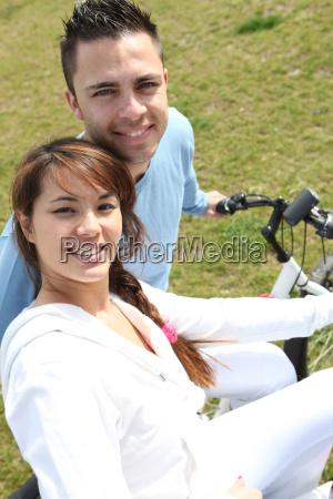 giovane coppia andare in bicicletta in