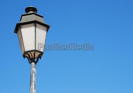 lampione depoca sfondo azzurro