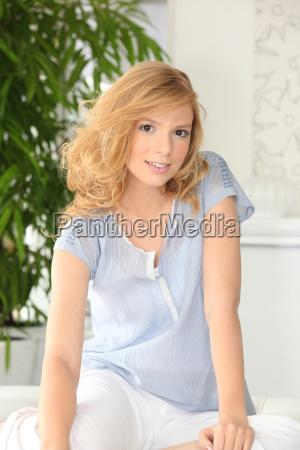 giovane donna rilassante a casa
