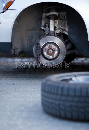 meccanico cambiando una ruota di una