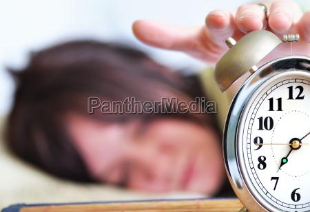 donna orologio sonno addormentato shock sbigottimento